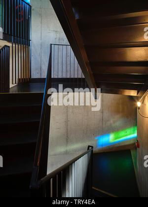 Farbige Fenster Licht und Treppenhaus projiziert. Pálás Kino, Galway, Irland. Architekt: dePaor, 2017. - Stockfoto