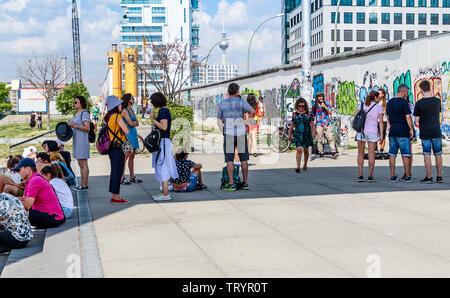 BERLIN, DEUTSCHLAND - 27. Juli 2018: Graffiti Kunst auf ursprüngliche Abschnitt der Berliner Mauer an der East Side Gallery in Friedrichshain. - Stockfoto