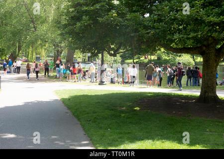 Menschen aller Altersgruppen mit einem hellen Frühling Nachmittag mit Erwachsenen und Kindern von der Lagune in der Boston Public Garden Massachusetts - Stockfoto