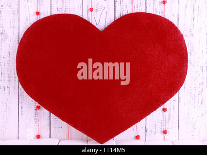 Großes rotes Herz auf Holz- Hintergrund - Stockfoto
