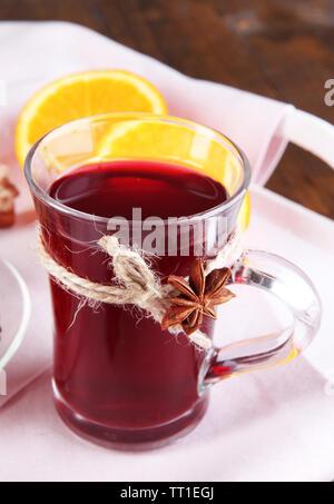 Wein mit Orangen auf Relation schließen, Glühwein - Stockfoto