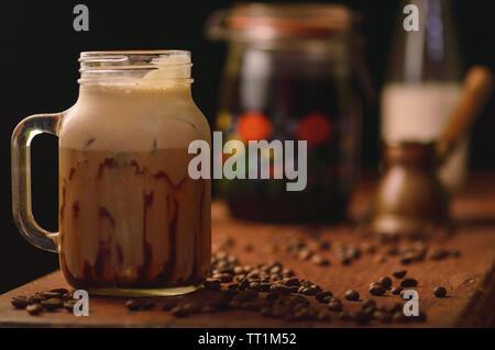 Kalter Kaffee frappe mit Schokoladensauce und Eis gebraut, rustikale Optik mit Kopie Raum - Stockfoto