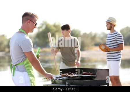Junge Freunde haben barbecue party im freien - Stockfoto