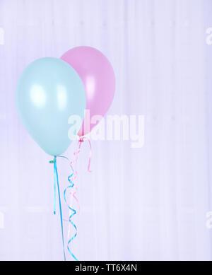 Hand mit Blau und Rosa Ballons - Stockfoto