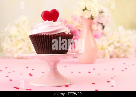 Lecker Kuchen für Valentinstag auf rosa Hintergrund - Stockfoto