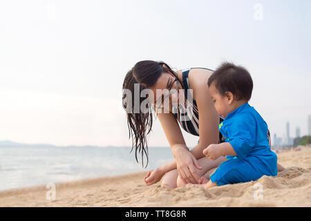 nudisten familie im sommerurlaub am strand stockfotografie - alamy