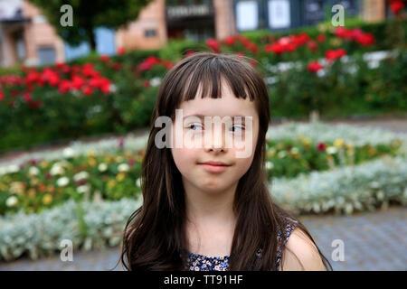 Kleines Mädchen haben Spaß in der Stadt - Stockfoto