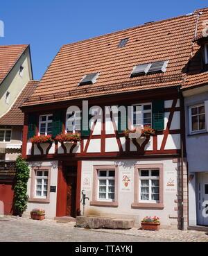 Traditionelle deutsche Haus im Dorf Haslach im Kinzingtal, Schwarzwald, Deutschland. - Stockfoto