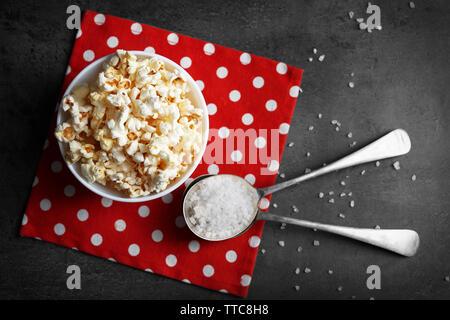 Gesalzene Popcorn in Schale auf der Serviette - Stockfoto