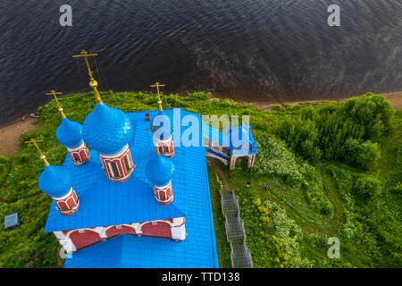 Luftaufnahme der Kirche der Verklärung und Kazan Jungfrau (1758) auf der linken Küste der Wolga in Tutaev Stadt in Jaroslawl Region, Russland - Stockfoto