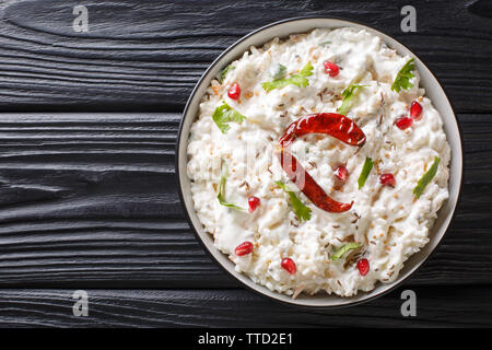 Tröstlich Quark Reis ist ein beliebtes Gericht aus Südindien mit Joghurt und dann mit Gewürzen closeup in einem Teller auf dem Tisch gemildert. horizontale Ansicht von oben - Stockfoto