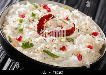 Quark Reis oder Thayir Sadam ist ein köstliches South Indian Rezept wo gekochten Reis mit Quark gemischt wird und eine Temperierung ist es closeup in einer Platte auf Fertig - Stockfoto
