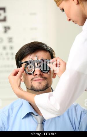 Erwachsene Frau Doktor examing erwachsenen männlichen Patienten - Stockfoto