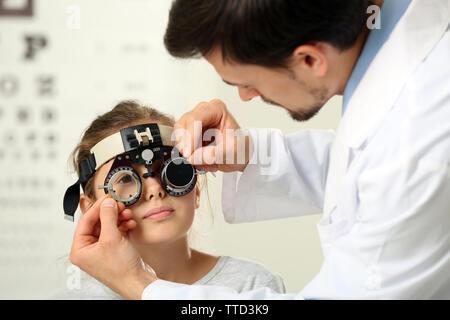 Erwachsenen männlichen Arzt examing kleines Mädchen patient - Stockfoto