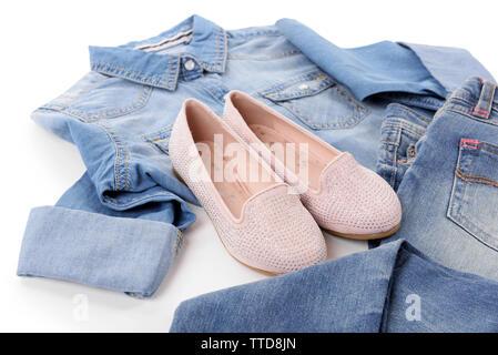 Blue Denim Shirt und Jeans mit rosa Schuhe auf weißem Hintergrund - Stockfoto