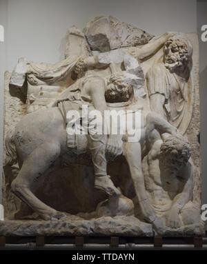 Kampfszene in der Entlastung von der parthischen Denkmal dargestellt in Ephesus (Selçuk, Türkei), nun im Ephesos Museum in Wien, Österreich. Die Kampagne gegen die Parther unter der Leitung von Kaiser Lucius Verus in der 160 s AD in der Römischen Marmor entlastet aus dem 2. Jahrhundert N.CHR. datiert dargestellt wird. Die verwundeten Parthischen Commander brach auf sein Pferd ist im Fragment dargestellt. - Stockfoto