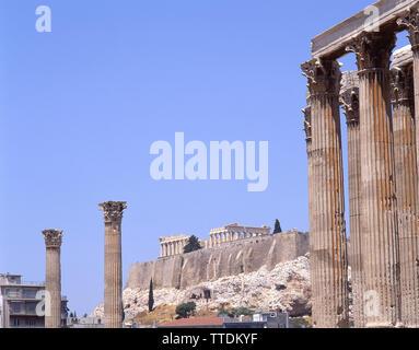 Blick auf die Akropolis vom Tempel des Olympischen Zeus, Athen (Athina), Athen, Griechenland - Stockfoto