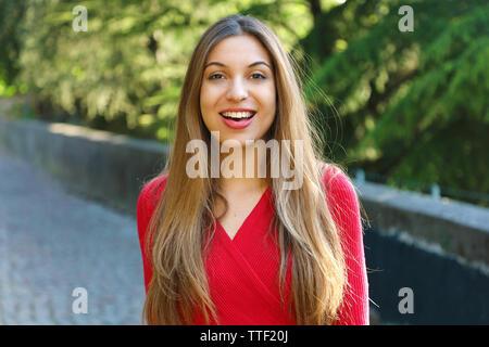 Schöne lächelnde Frau im Park - Stockfoto