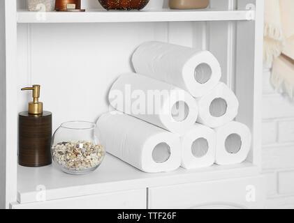Badezimmer Set mit Papiertüchern und Dispenser auf einem Regal im Innenraum - Stockfoto