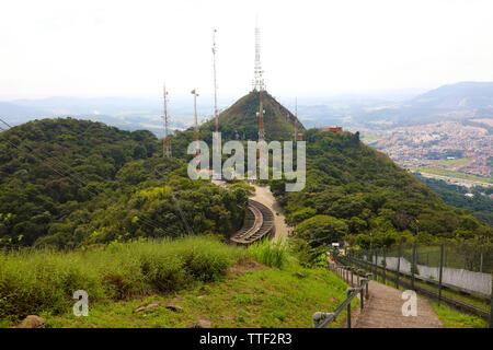 Gitter mit vielen Gleichnissen und Fernsehen und Radio Antennen auf Jaragua Peak, Sao Paulo, Brasilien - Stockfoto