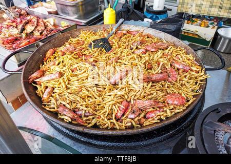 Italienische Street Food mit einem riesigen Topf Garnelen Pasta strozzapreti - Stockfoto