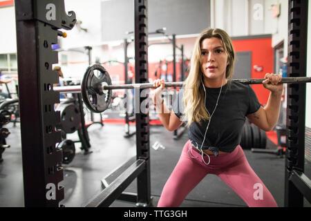 Ziemlich fit Frau mit Langhantel Stockfoto