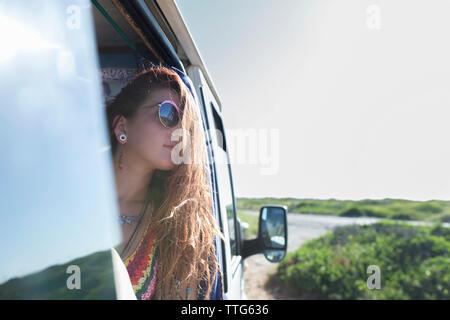 Frau auf der Suche durch das Fenster während der Motor home Sitzung - Stockfoto
