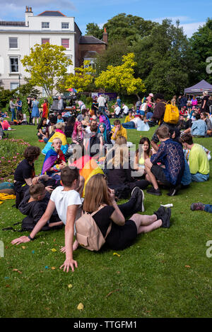 Massen feiern Gay Pride Festival - Stockfoto