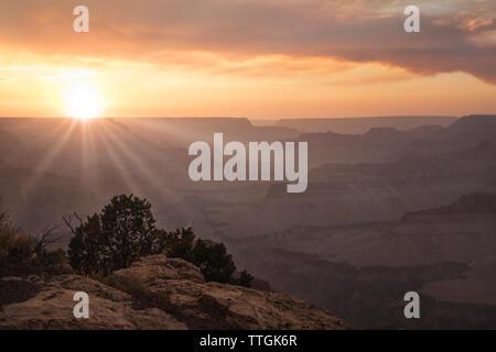 SunStar bei Sonnenuntergang über dem Grand Canyon - Stockfoto