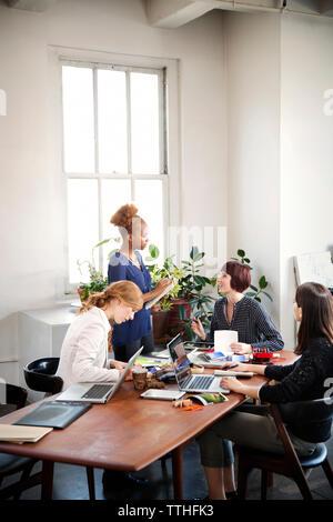 Geschäftsfrauen in Diskussion im Board Room - Stockfoto