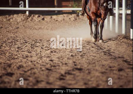 Niedrige Abschnitt von Frau Reiten auf dem Feld an der Ranch - Stockfoto