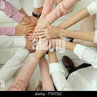 Teamwork Konzept. Business Menschen die Hände - Stockfoto