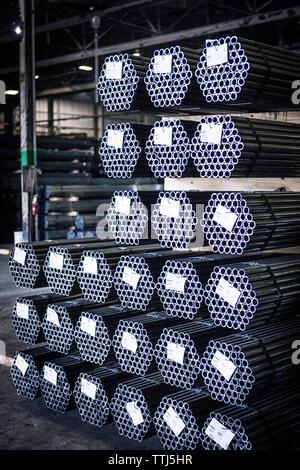 Metallische Rohre mit Etiketten an Branche Metall angeordnet - Stockfoto