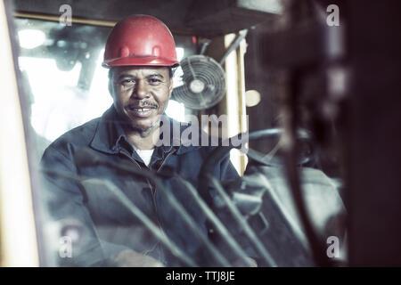 Porträt der Arbeiter sitzen in Gabelstapler - Stockfoto