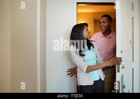 Business Paar schauen einander an und lächeln - Stockfoto