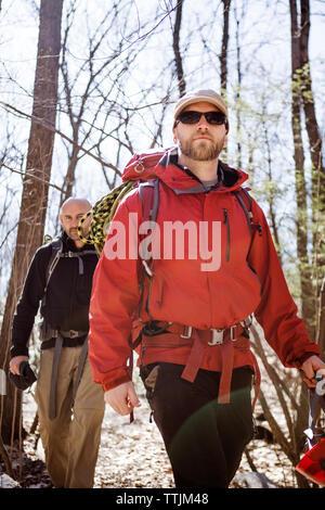 Wanderer Wandern im Wald - Stockfoto