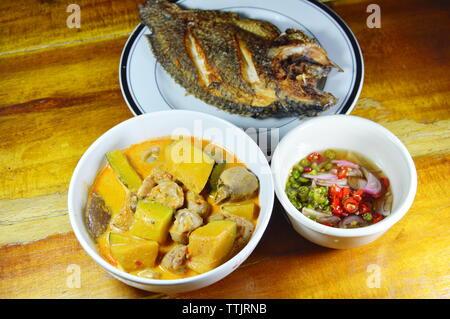 Pikante Kürbis in Kokosmilch Mango Curry und frittierter Fisch - Stockfoto