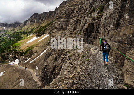 Rückansicht der Wanderer zu Fuß auf den Berg - Stockfoto