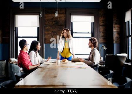Geschäftsleute in Board Room während der Sitzung im Büro - Stockfoto