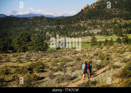 Ansicht der Rückseite des weiblichen Wanderer zu Fuß auf Fußweg - Stockfoto