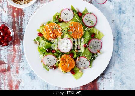 Ansicht von oben der Salat in der Platte am Tisch serviert - Stockfoto