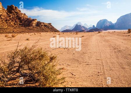 Die Felsformationen in der jordanischen Wüste im Wadi Rum oder das Tal des Mondes. - Stockfoto