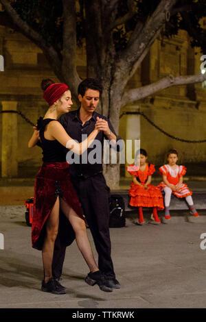 Ein paar Tanz in den Straßen von Sevilla - Stockfoto