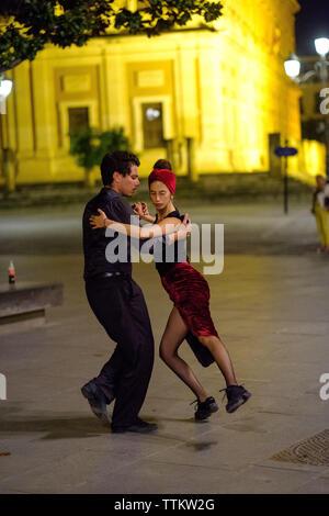 Ein paar Tanz in den Straßen von Sevilla