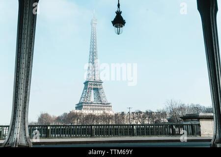 Eiffelturm durch Brücke aus gesehen - Stockfoto
