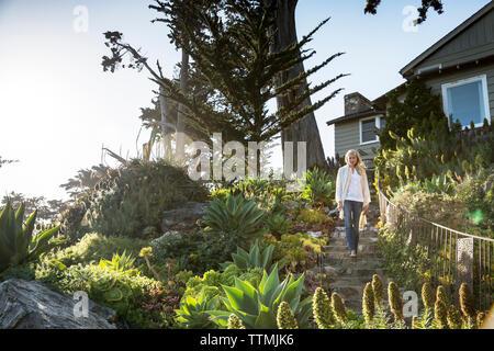 USA, Kalifornien, Big Sur, Esalen, eine Frau geht die Treppe zum Deck unter dem Murphy House, der Esalen Institut - Stockfoto