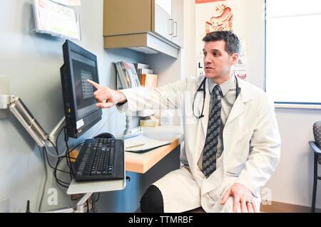 Arzt im weißen Kittel auf Bildschirm in eine Klinik. Stockfoto