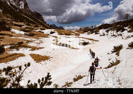 Gruppe der Wanderer zu Fuß auf schneebedeckten Berg - Stockfoto