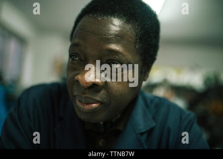 Portrait von schwarzer Mann von 60 Jahren in seinem Geschäft - Stockfoto