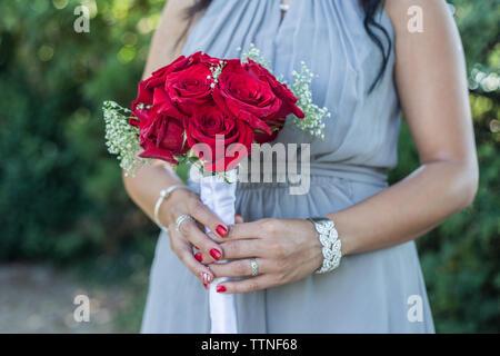 Brautjunfer Holding Hochzeit Bouqet - Stockfoto